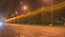 Una bandera de España gigante para iluminar la Navidad madrileña