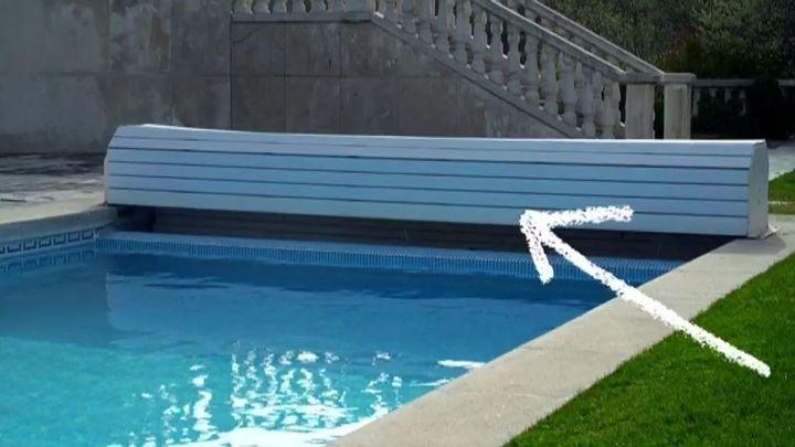 La piscina tiene una persiana para que por la noche no se enfríe el agua.