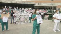 Protesta de sanitarios  contra la precariedad de sus contratos y los traslados al hospital de pandemias