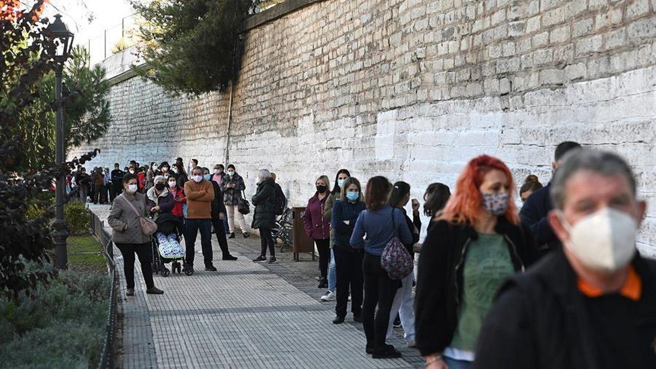 Madrileños esperan para hacerse el test de antígenos
