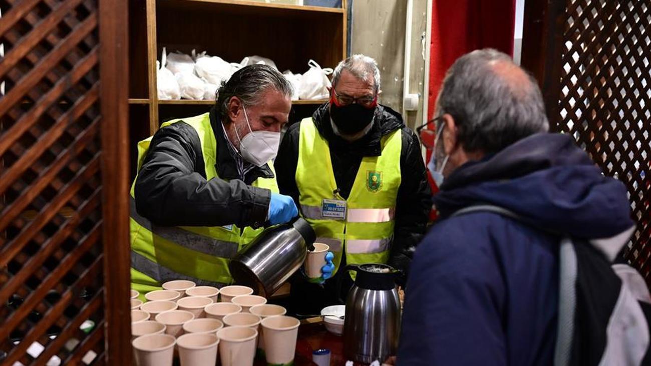 Reparto de desayunos solidarios en la iglesia de San Antón