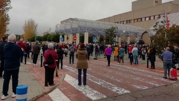Unas 300 personas se concentran en el Hospital  de Getafe contra el traslado de personal al Zendal