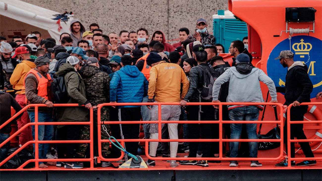 Inmigrantes a bordo de una patrullera de Salvamento Marítimo llegan al puerto de Arguineguín