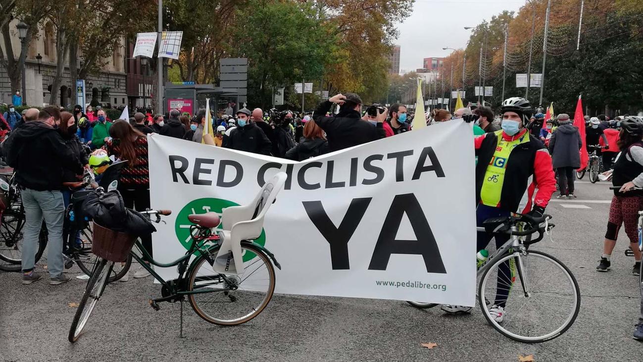 """Una """"bicifestación"""" por el centro de Madrid pide una red ciclista segura"""