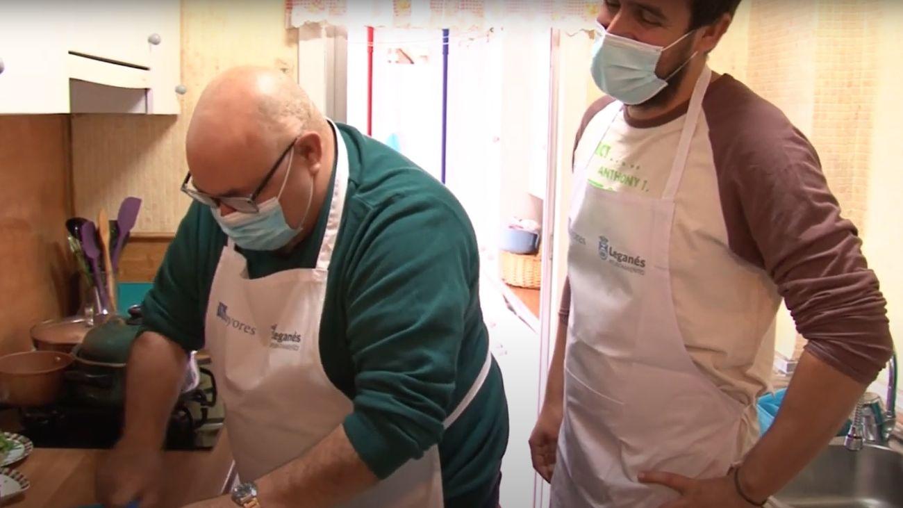 Aprendiendo a cocinar a los 65 años con la ayuda de un chef