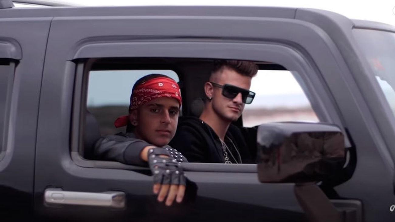 Adexe & Nau en el videoclip oficial de 'RKT'
