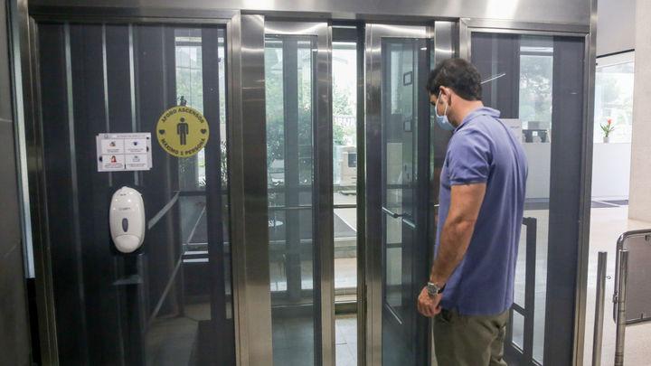 Por qué no debes quitarte la mascarilla en el ascensor, aunque vayas solo