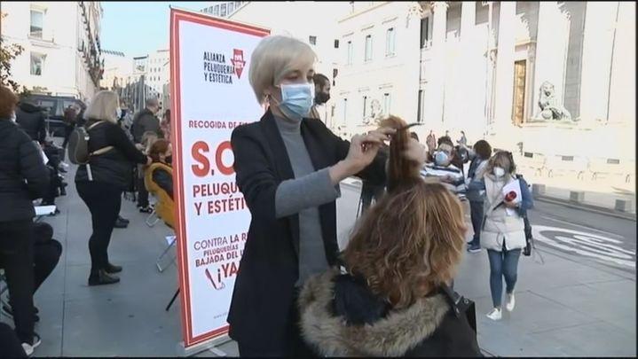 Peinados y cortes de pelo gratis frente al Congreso para pedir un plan de rescate al sector