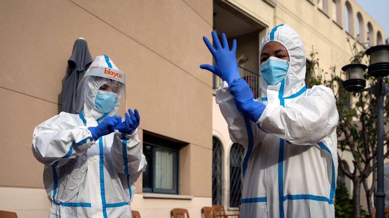 Sanitarios preparando sus equipos EPI