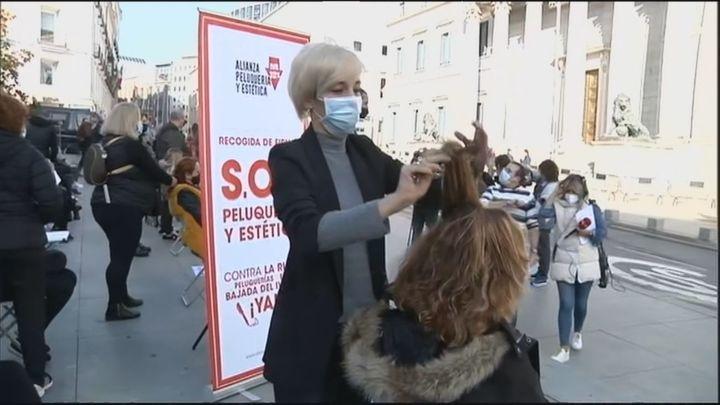 El Senado baja el IVA a las peluquerías y suspende la subida del impuesto de matriculación