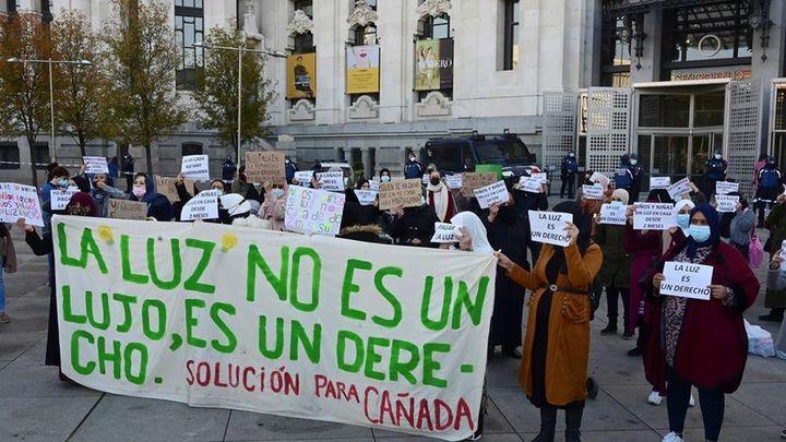 """Vecinos de la Cañada Real protestan en Cibeles para pedir una """"solución"""" a sus cortes de luz"""