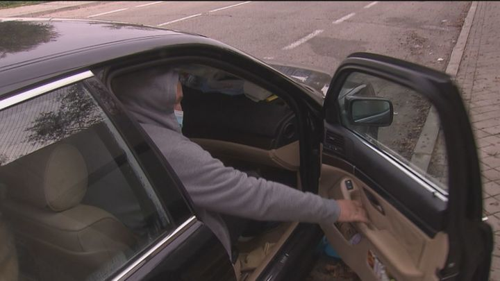 Una pareja y su hijo llevan un mes y medio viviendo en un coche en Cuatro Vientos