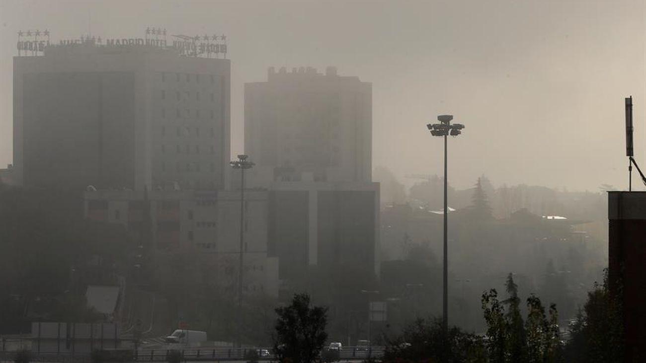 Los madrileños muestran su madrugón marcado por la niebla