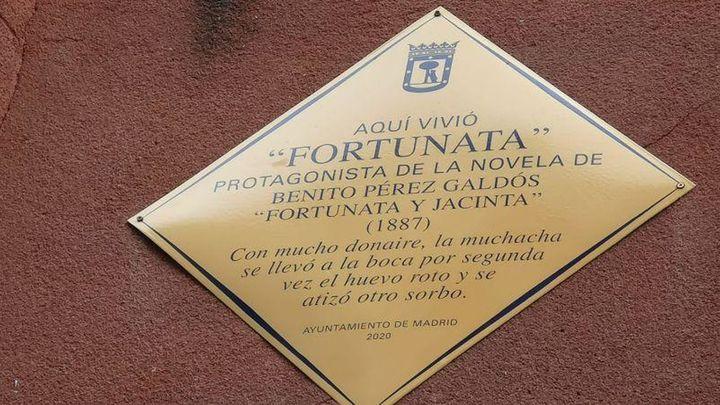 Placa que indica el lugar donde vivió 'Fortunata', en la plaza Mayor