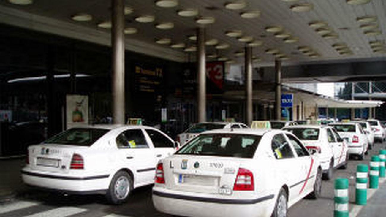 Taxis esperando viajeros en el aeropuerto de Barajas