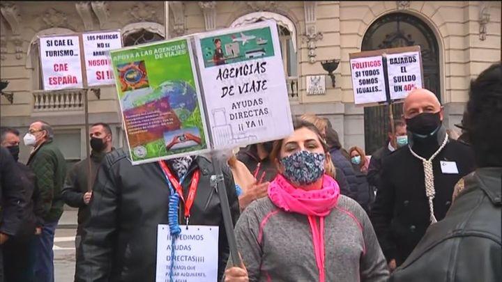 Las agencias de viajes piden visibilidad y ayudas urgentes en una concentración frente al Congreso
