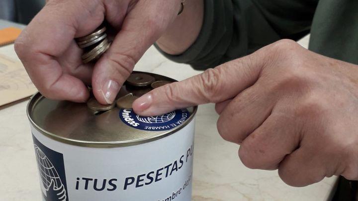 En busca de las últimas pesetas en Madrid para luchar contra el hambre y la enfermedad en todo el mundo