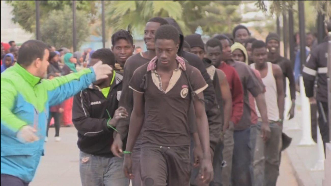 Interior traslada a otros 200 migrantes y manda 'antidisturbios' a Canarias