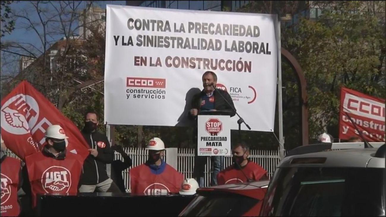 """Protesta ante la Asamblea de Madrid por """"la precariedad y siniestralidad laboral"""" en la construcción"""