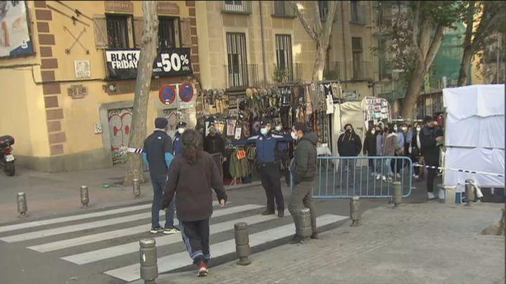 Primera mañana del Rastro con protestas por la limitación de circulación en Ribera de Curtidores