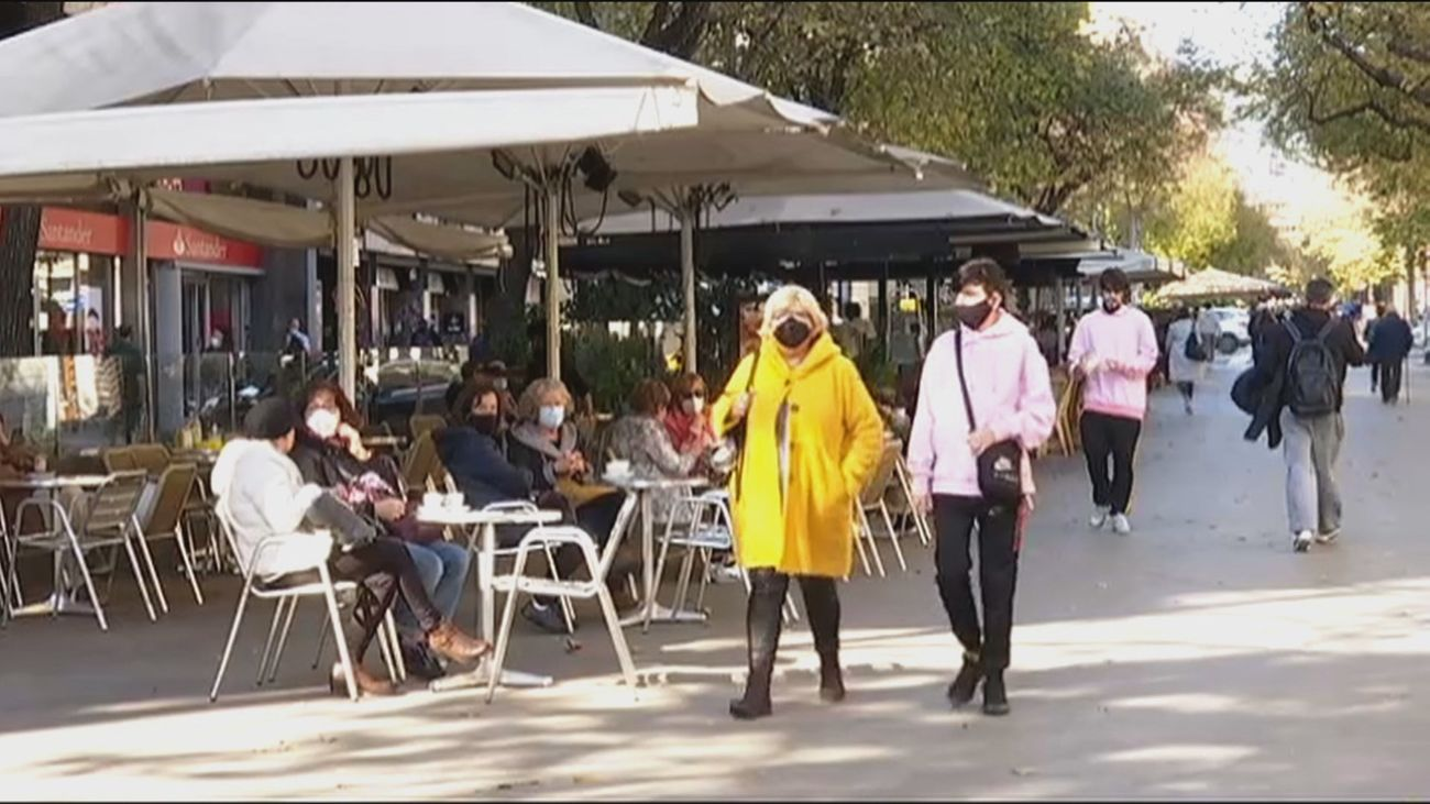 Cataluña abre la hostelería y Andalucía suaviza los horarios en bares y jugueterías