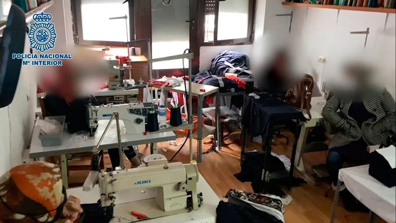 La Policía libera a 6 mujeres encerradas y explotadas laboralmente en un taller de costura en Carabanchel