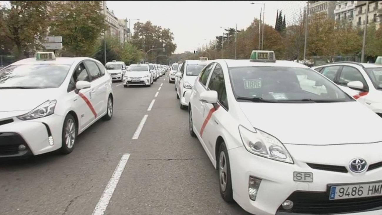 """Los taxistas  piden a Almeida en una concentración ayudas para un sector que """"agoniza"""""""