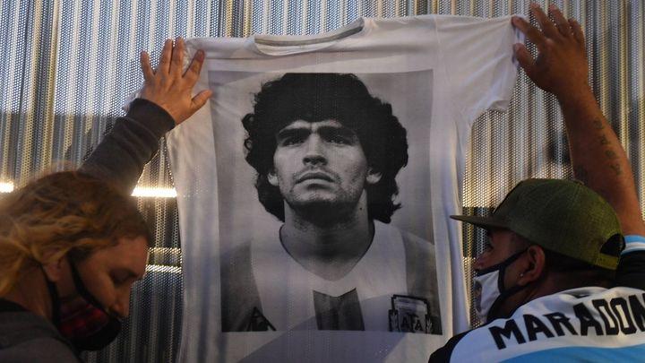 Multitudinaria despedida a Maradona en la Casa Rosada