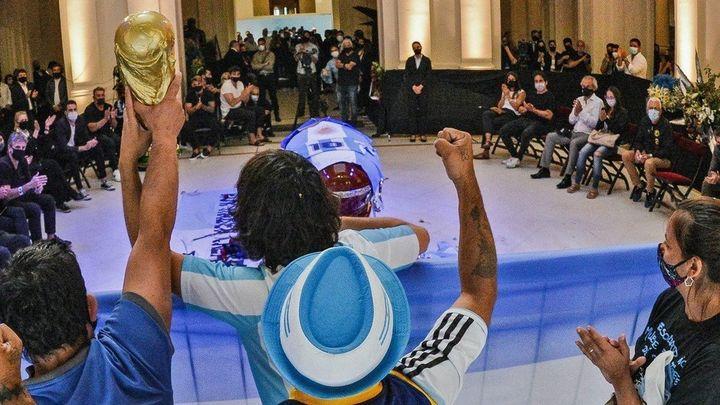 El velatorio de Maradona, la prueba del descomunal amor por el ídolo popular