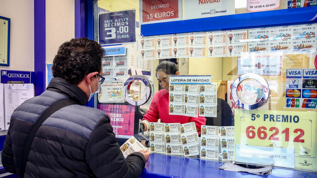 Venta de Lotería de Navidad en una administración del centro de Madrid