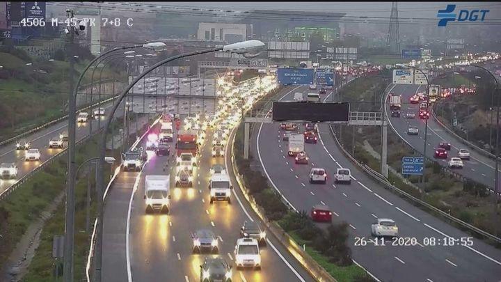 La lluvia y varios accidentes complican la hora punta de este jueves en Madrid
