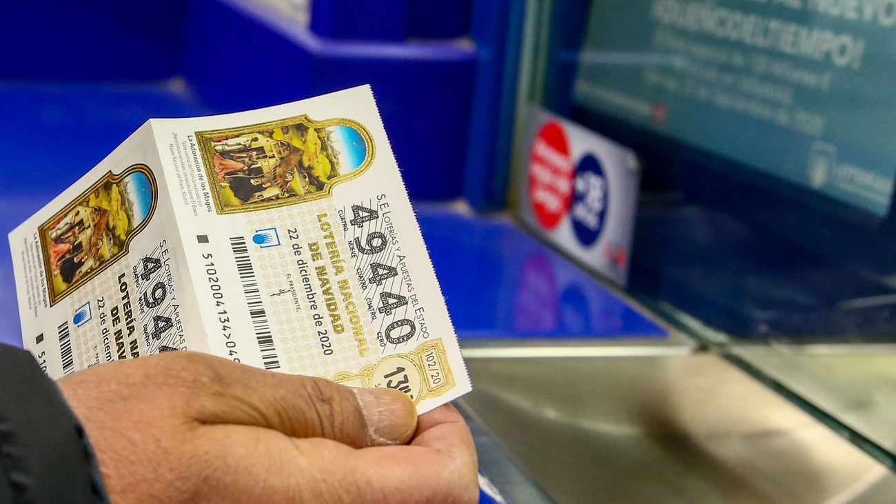 Una persona compra unos décimos de la Lotería de Navidad