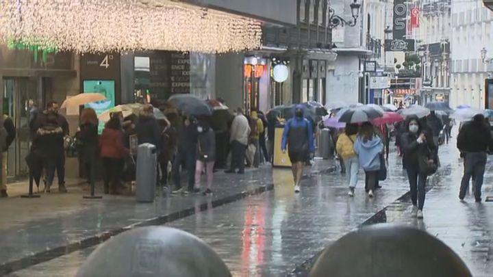 Los madrileños llenan los comercios en el Black Friday más austero