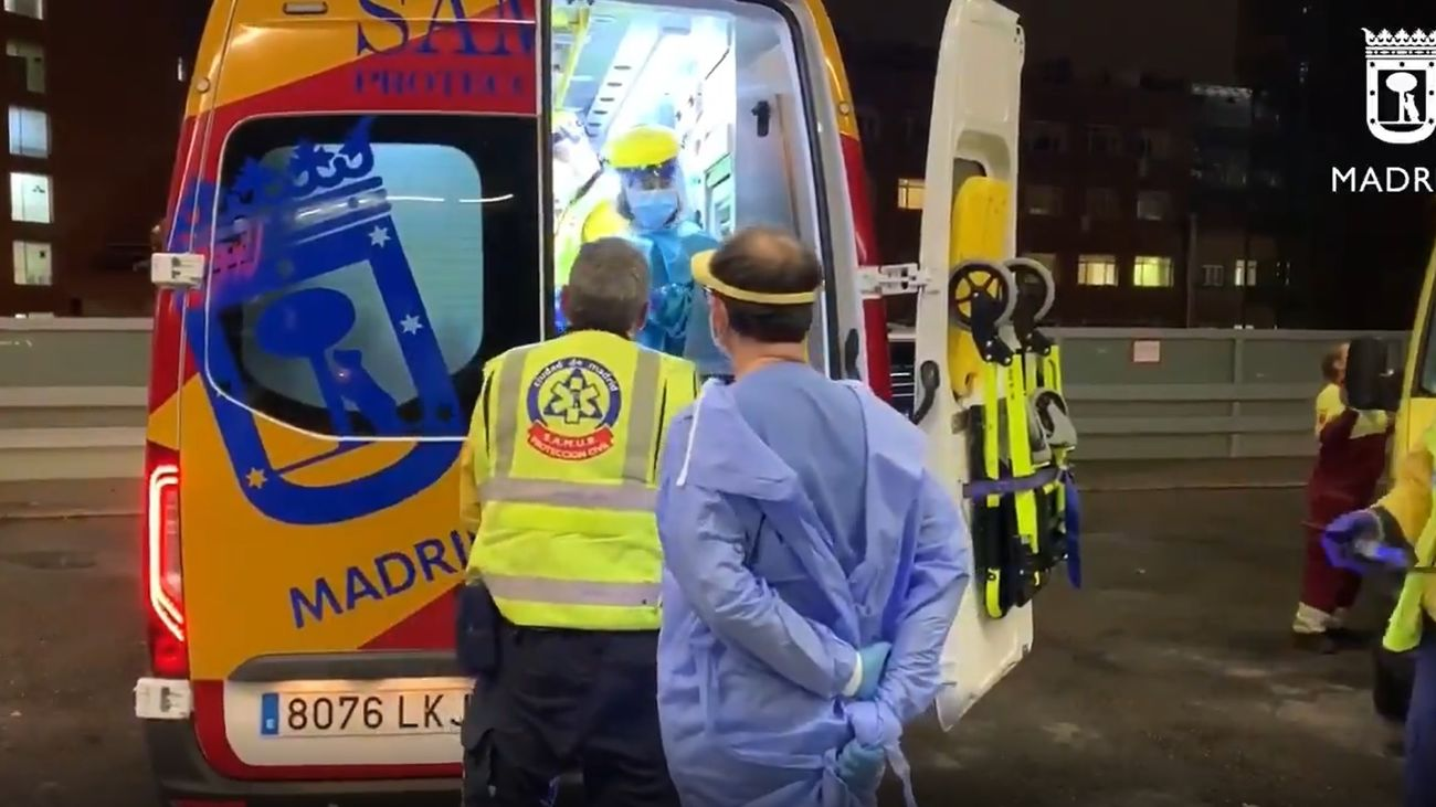 La ambulancia traslada a un herido en Villaverde