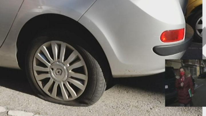 Detenida una mujer con unas tijeras de costura acusada de pinchar las ruedas de 63 coches en Leganés