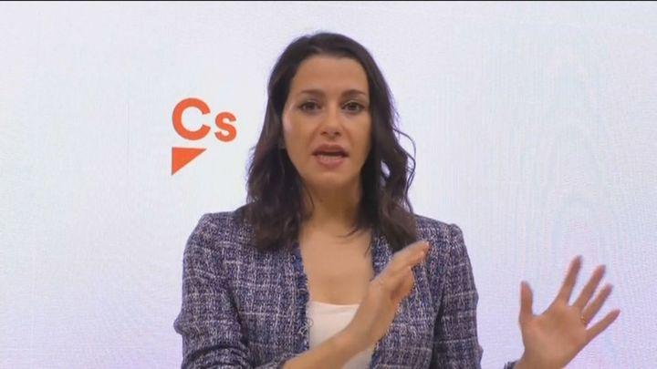 """Arrimadas defiende su """"política útil que ha retratado"""" a Sánchez yafea al PP que """"sólo piense en su estrategia"""""""