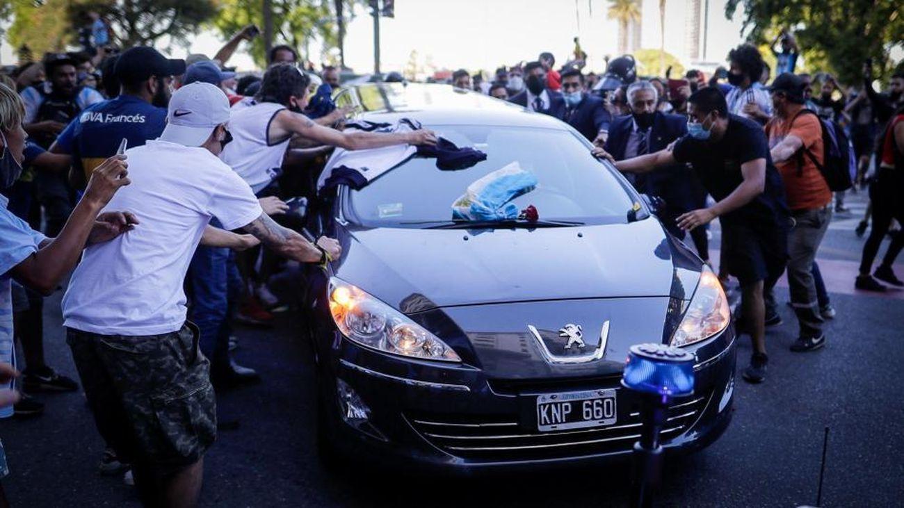 Coche fúnebre con el féretro de Maradona