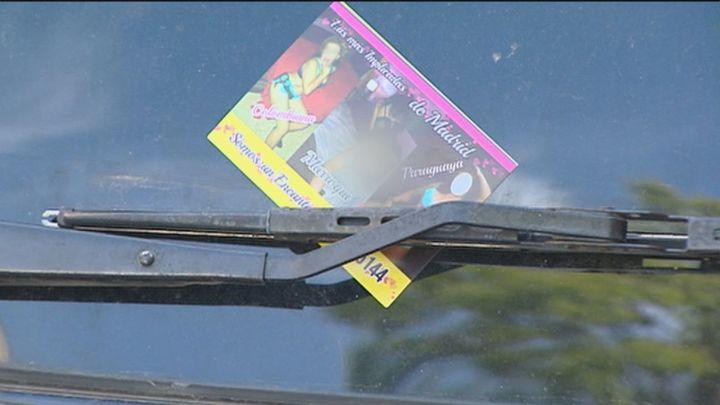 Vecinos de Ciudad Lineal comienzan a retirar la publicidad de prostitución de los vehículos de la zona