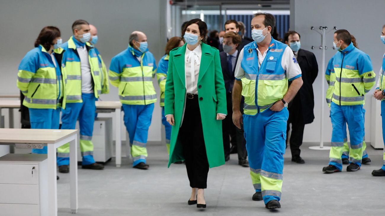 La presidenta de la Comunidad de Madrid, Isabel Díaz Ayuso, junto a trabajadores del SUMMA 112 durante la inauguración del Hospital Isabel Zendal