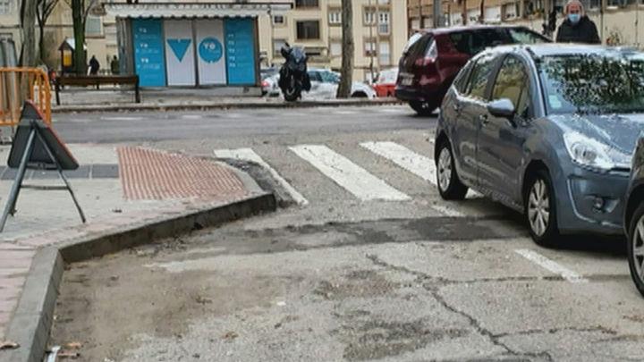 La ampliación de las aceras en Hortaleza resulta un peligro para los peatones y un embudo para los coches