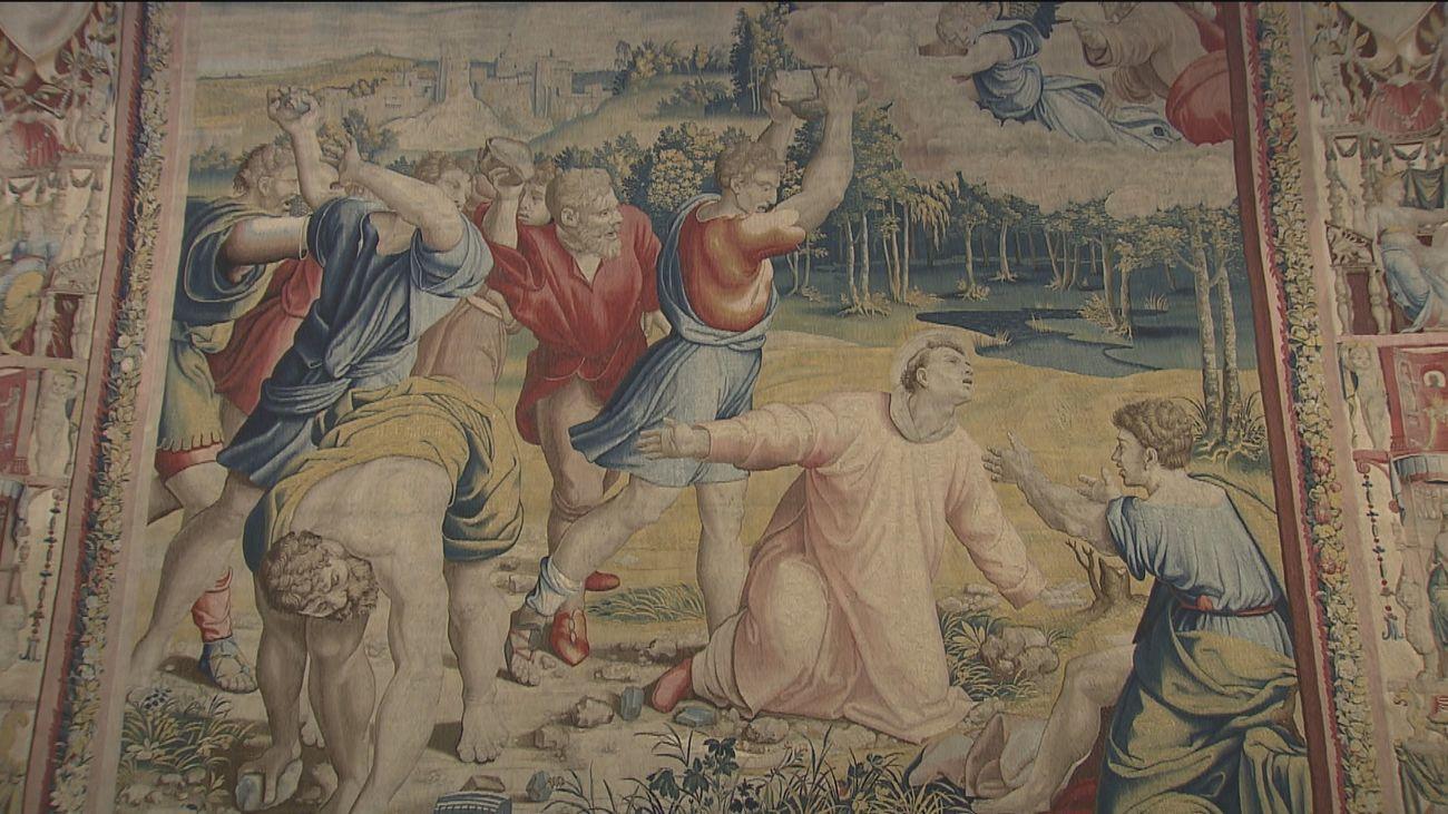 La Reina inaugura una exposición de los tapices de Rafael