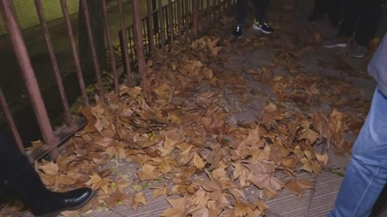 Vecinos de Orcasitas denuncian la situación de su calle, sin luz y con hojas en las aceras