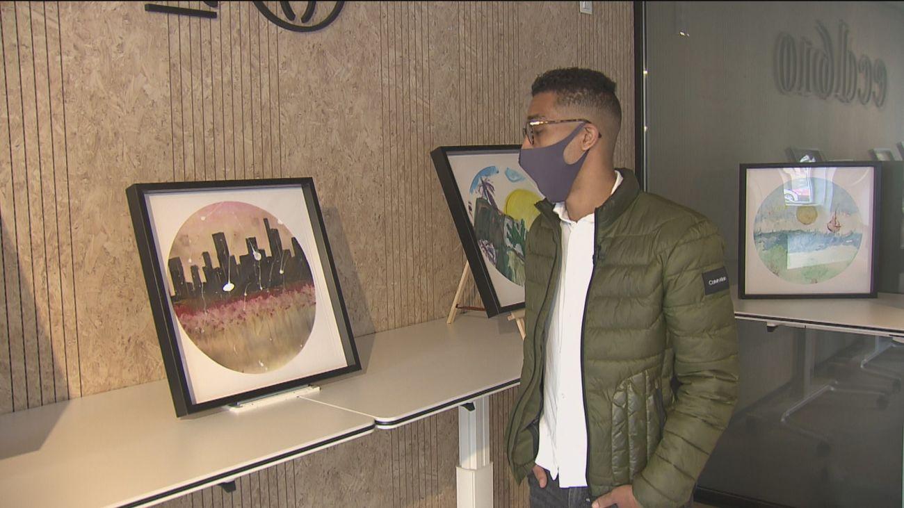Personas sin hogar exponen sus pinturas en Navidad para salir de su situación