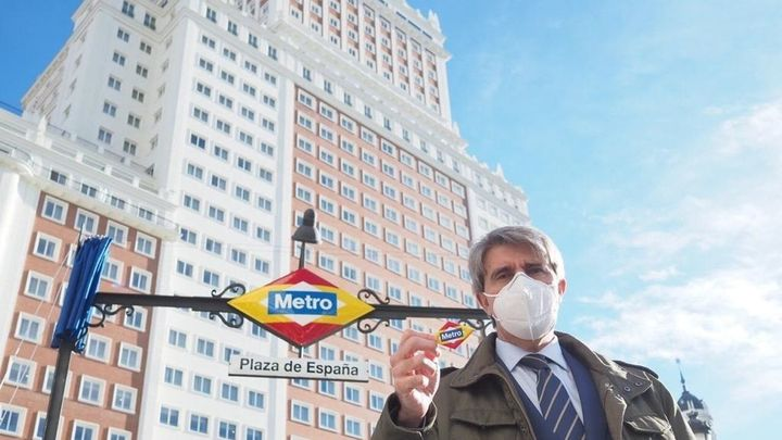 Los rombos de la estación de Metro de Plaza de España se tiñen de los colores de la bandera nacional