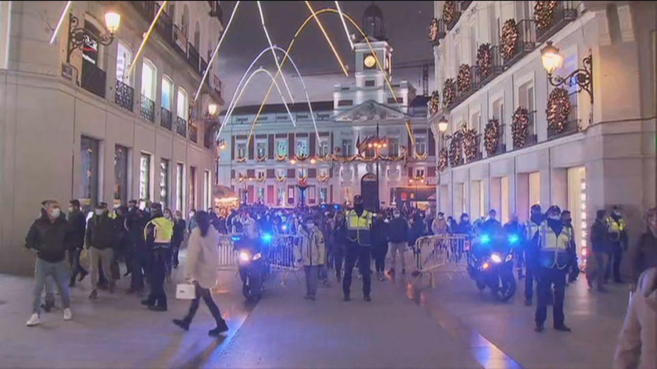 La policía canaliza el tránsito para evitar aglomeraciones en el centro de la capital
