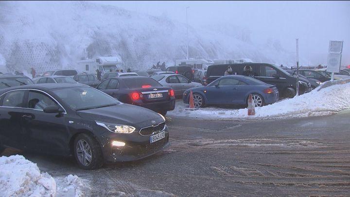 Niebla, nieve, hielo y atascos en los accesos a Cotos y Navacerrada