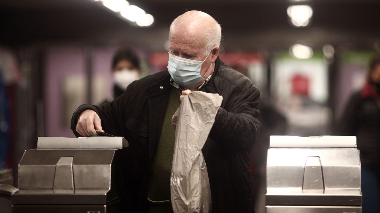 Una anciano usa la mascarilla en el metro de Madrid