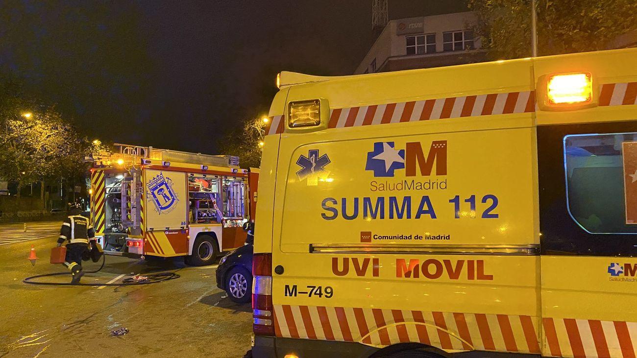 Una ambulancia del SUMMA 112 asiste a una mujer herida tras sufrir un accidente