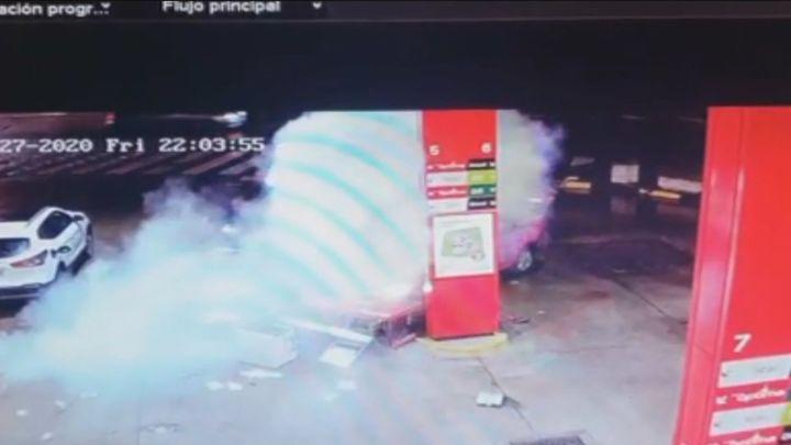 Las impactantes imágenes de un coche empotrado en una gasolinera en San Sebastián de los Reyes