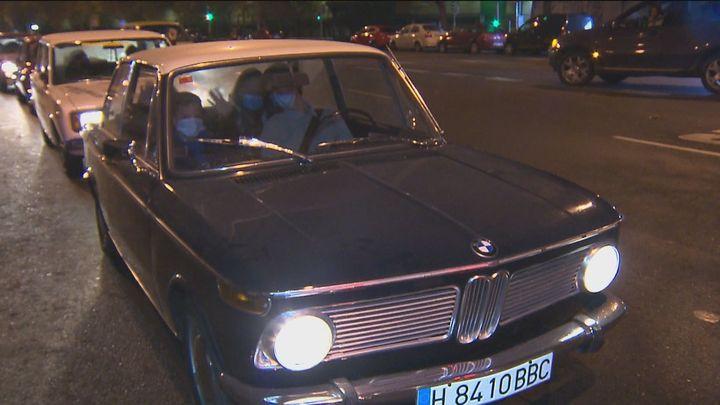 Ver las luces en un coche clásico, otra forma de disfrutar de la Navidad en Madrid